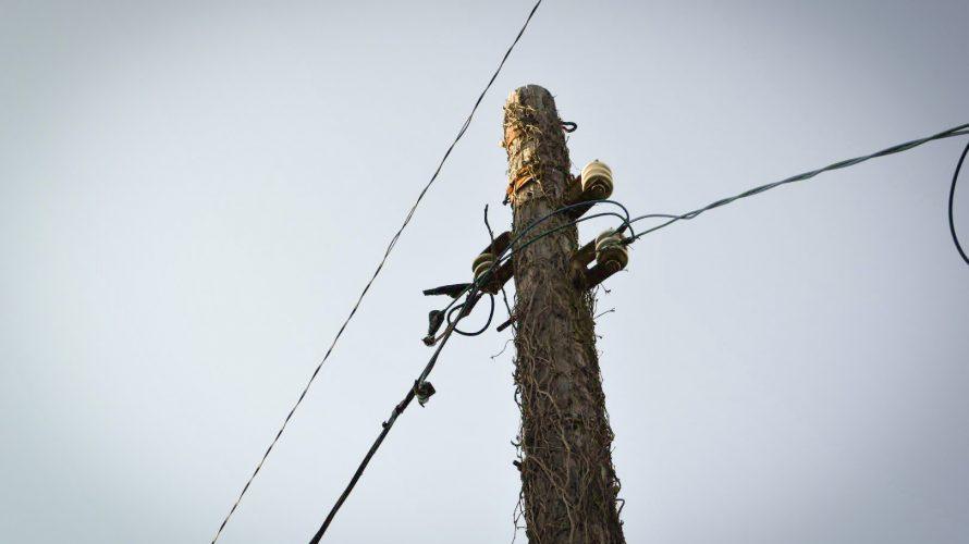【レトロ電柱・木】千葉稲毛の漁師町だった街に残る木製電柱