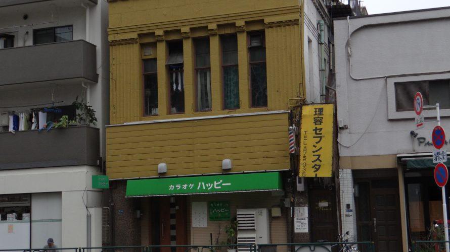 旧日光街道沿いの黄色い建築「旧安田銀行」と病院建築。東浅草2丁目
