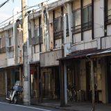 大久保団地の商店街。60年前の渋い建物が並ぶ中、今もなお営業しているのは海神亭 ー本大久保⑴