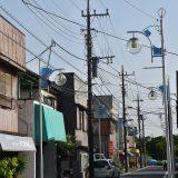 団地南側「花見川南商店街」へ。現在も街灯が並ぶ小さな商店街