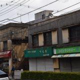 松戸「胡録台商店街」。街灯と渋い建物が並ぶ通りで商店街を発見